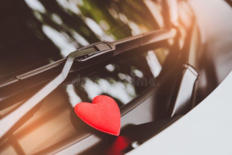 Listu miłosnego serce na kleistej notatce pod przednią szybą Rocznika koloru styl zdjęcie royalty free