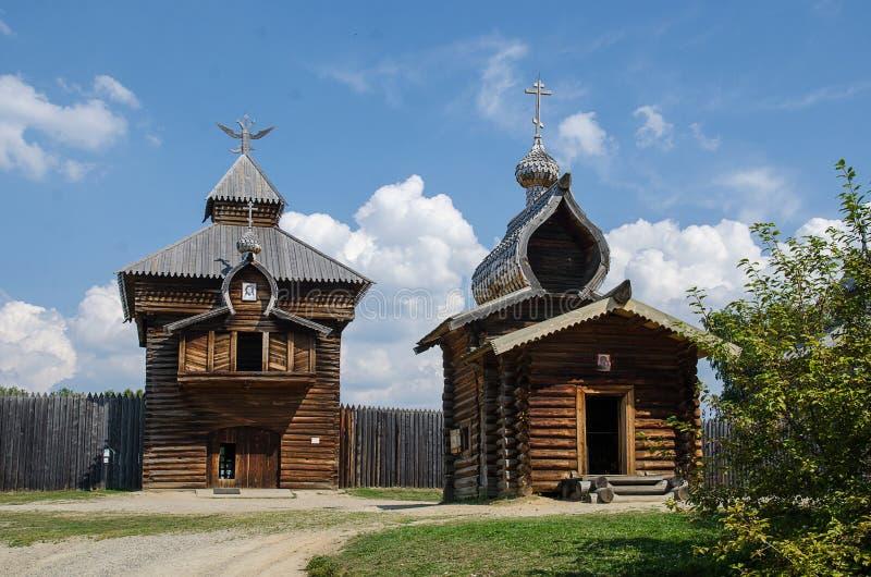 Listvanka, Taltsy, Rusland - Augustus, 07, 2017 Panorama van de oude houten bouw van de vesting royalty-vrije stock afbeelding