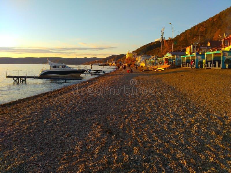 Listvyankastrand door Bajkal meer stock afbeelding