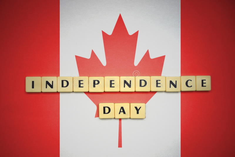Listy z teksta dniem niepodległości na flaga państowowa Canada zdjęcia royalty free