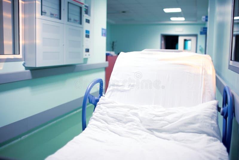 Lit à roues vide dans le hall d'hôpital près de la réception photo stock