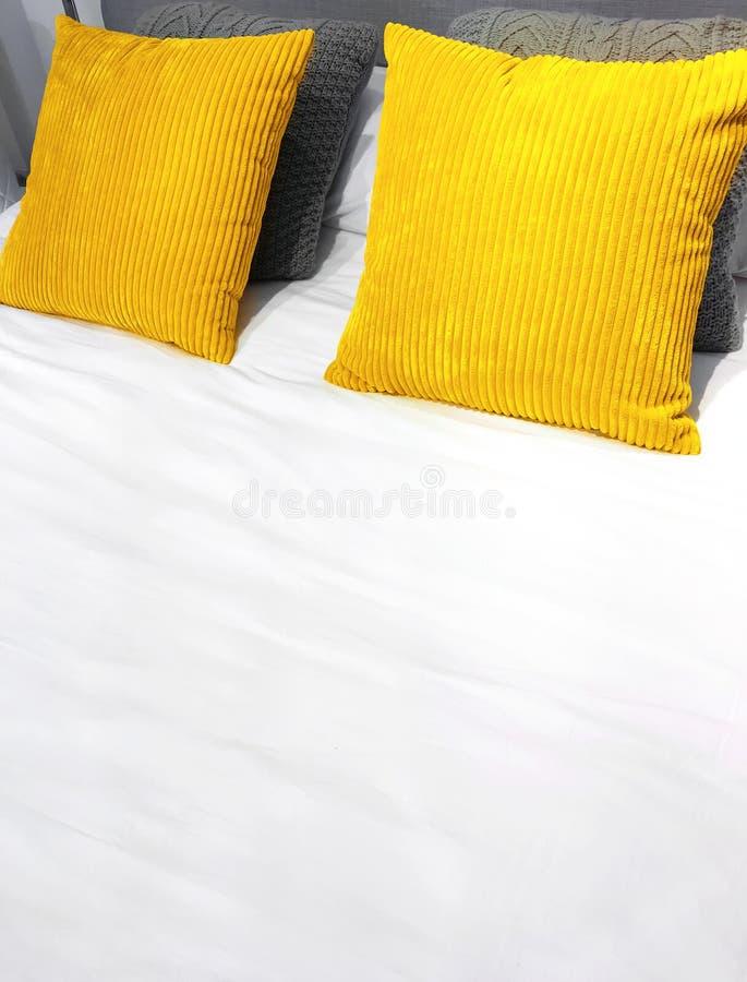 Lit avec les coussins jaunes lumineux de velventine photos libres de droits