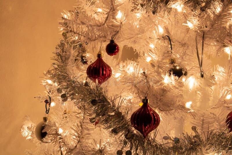 Lit blanco del árbol de navidad para arriba imagen de archivo