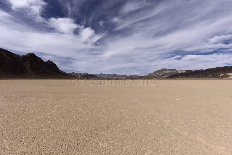 Lit d'assèche dans le désert avec la boue criquée sur un plancher de lac image stock