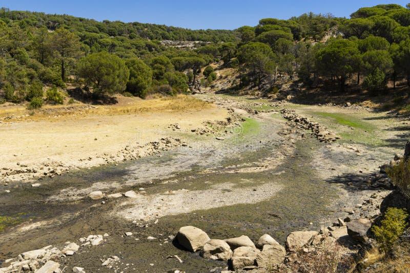 Lit d'une rivière avec la sécheresse dans la province d'Avila images stock