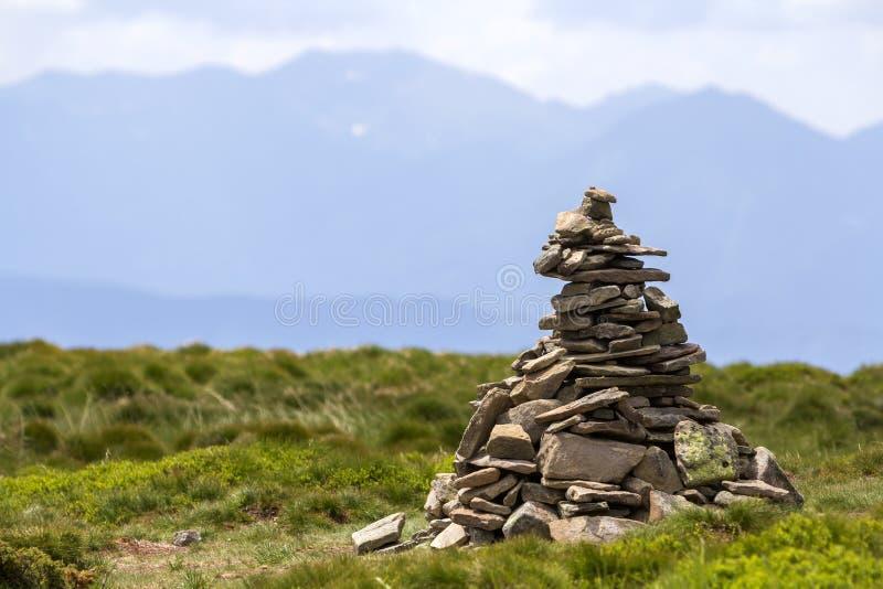 Lit dalla montagna irregolare del sole luminoso dell'estate lapida impilato e bala fotografia stock