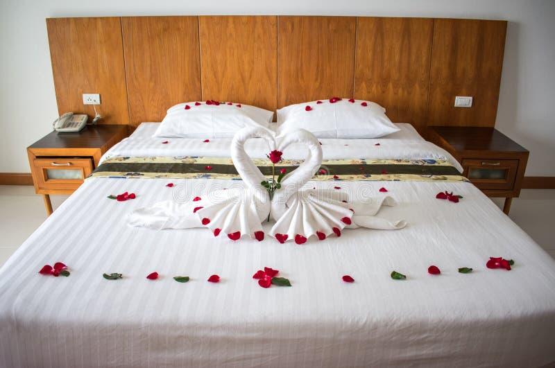 Lit dans la chambre d'hôtel asiatique pour des amants photographie stock libre de droits