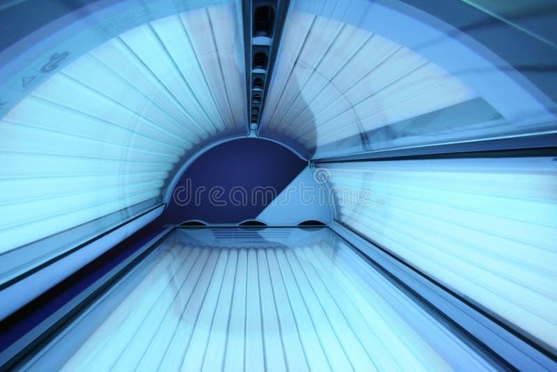 Lit de bronzage dans le solarium avec toutes les lumières dessus photos stock