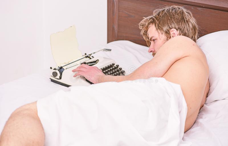 Lit de configuration d'auteur d'homme travaillant au nouveau livre Le nouveau jour apporte des id?es originales L'auteur d'auteur photographie stock