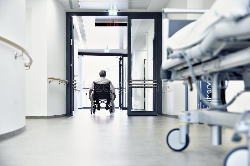 lit de couloir d 39 h pital de fauteuil roulant image stock image du handicap sant 38187777. Black Bedroom Furniture Sets. Home Design Ideas