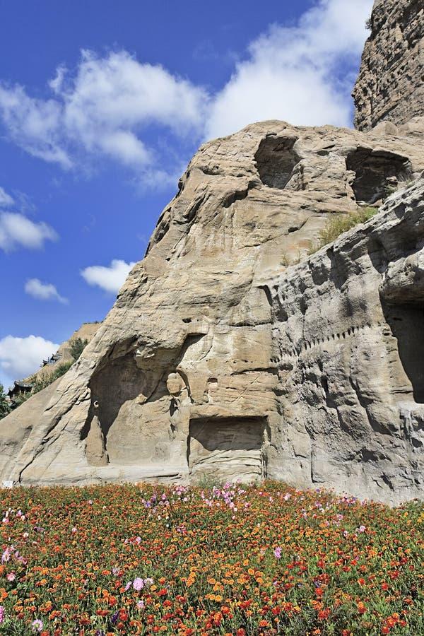 Lit de fleur près d'une formation de roche, grottes de Yungang, Datong, Chine photos libres de droits