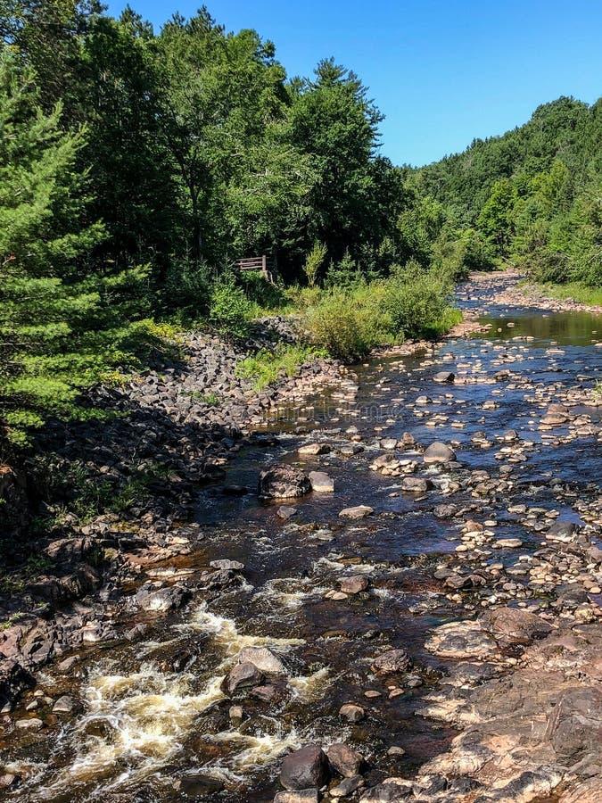 Lit de la rivière rocheux au parc d'état du Wisconsin photos libres de droits