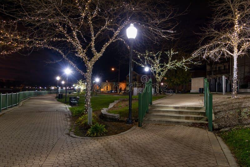 Lit de parc de ville pour Noël photos stock