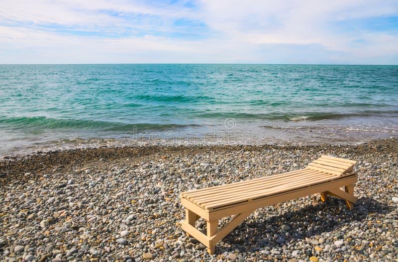 lit de planche de plage au bord de mer photo stock image du ligne c tier 49962312. Black Bedroom Furniture Sets. Home Design Ideas