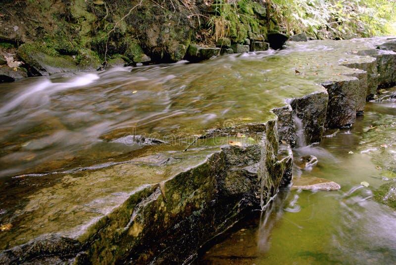 Lit de rivière des roches érodées images libres de droits