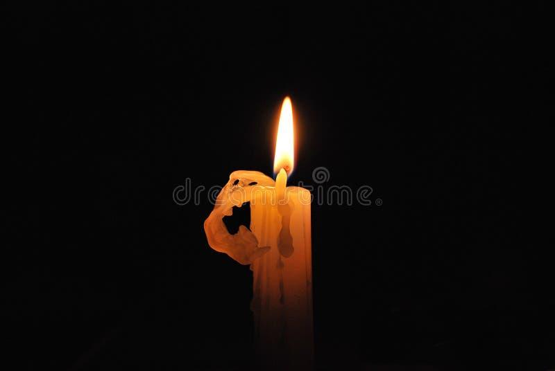 Lit della candela nella nerezza immagini stock