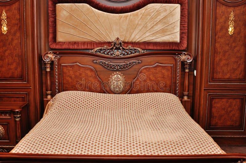 Lit en bois lourd de reine-taille photographie stock libre de droits