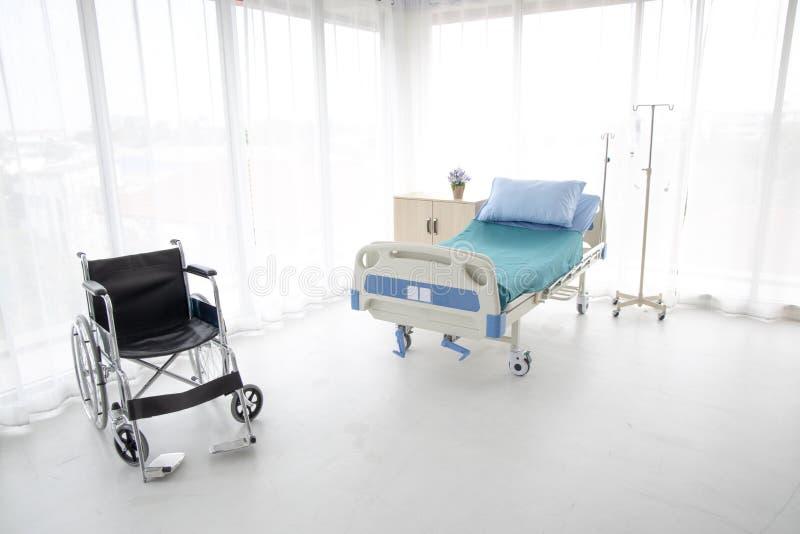 Lit et fauteuil roulant d'hôpital images libres de droits