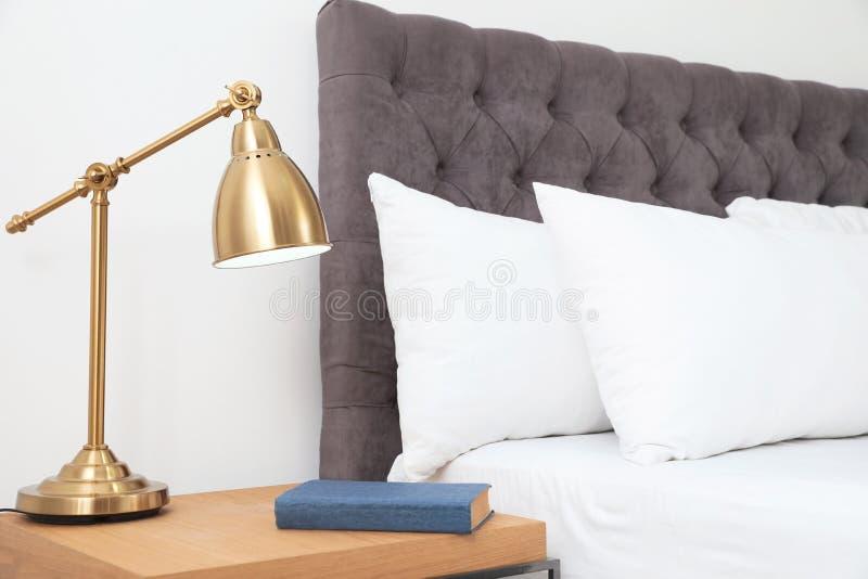 Lit et nightstand confortables dans la chambre moderne photo libre de droits