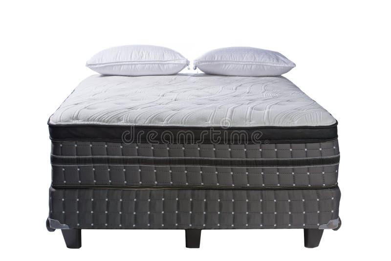 Lit et oreillers de taille de reine de matelas d'isolement sur le blanc photo stock