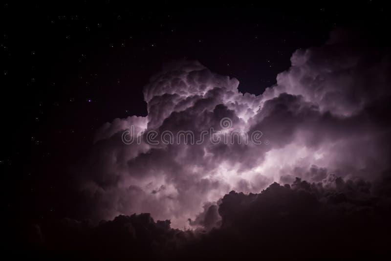Lit för stormmoln upp vid blixt på natten royaltyfria foton
