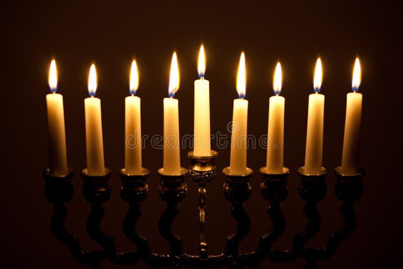 LIT hanukkah menorah στο Μαύρο στοκ εικόνα