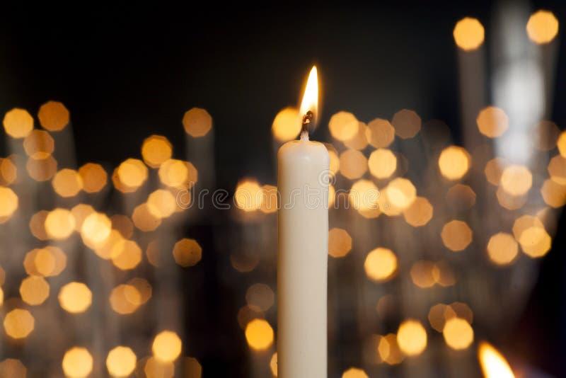 Lit-kaarsen in de duisternis royalty-vrije stock foto