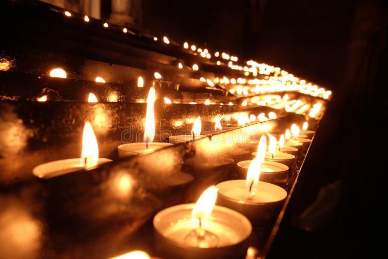 Lit-kaarsen op het altaar van Onze Dame in de Kathedraal in Zagreb royalty-vrije stock foto