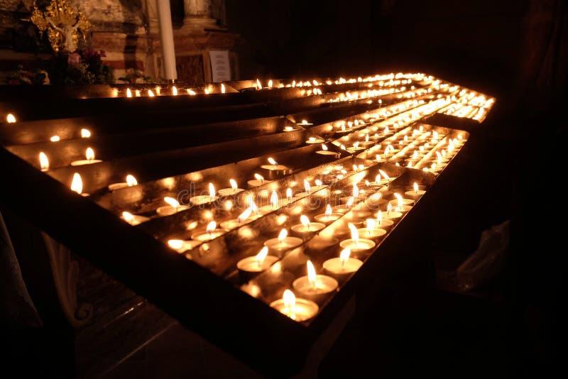 Lit-kaarsen op het altaar van Onze Dame in de Kathedraal in Zagreb royalty-vrije stock afbeelding