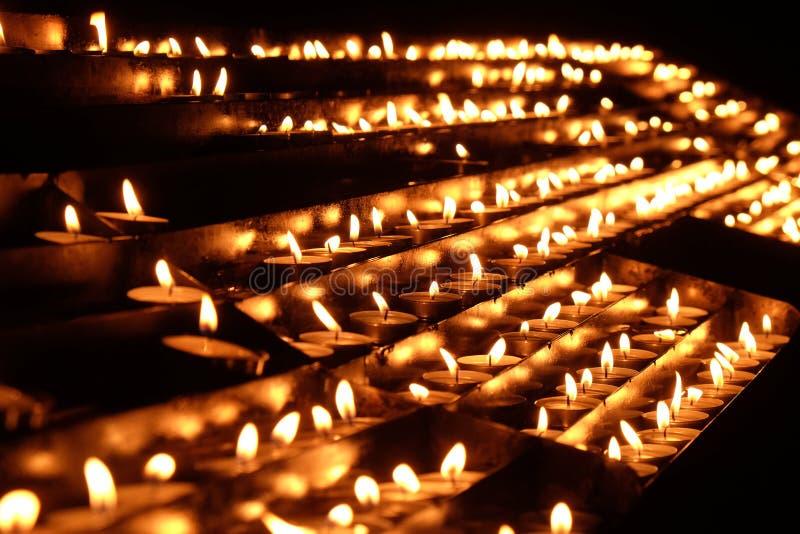Lit-kaarsen op het altaar van Onze Dame in de Kathedraal in Zagreb stock afbeelding