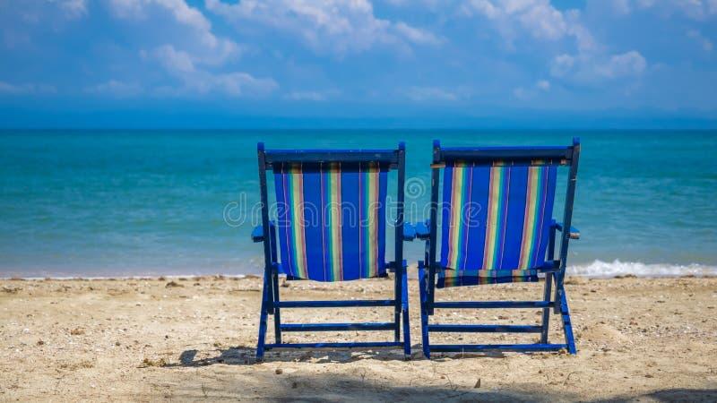 Lit le prenant un bain de soleil se pliant portatif sur la plage photos libres de droits