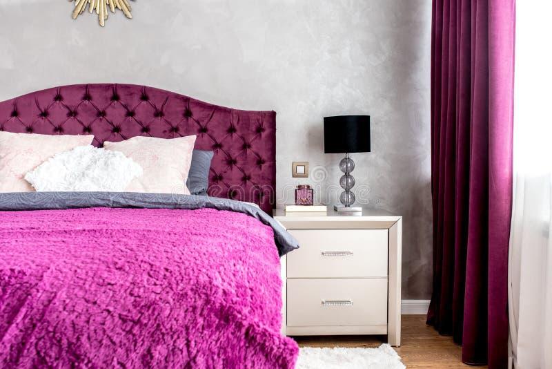 Lit matrimonial dans la chambre à coucher moderne élégante et confortable Détails de conception intérieure image stock