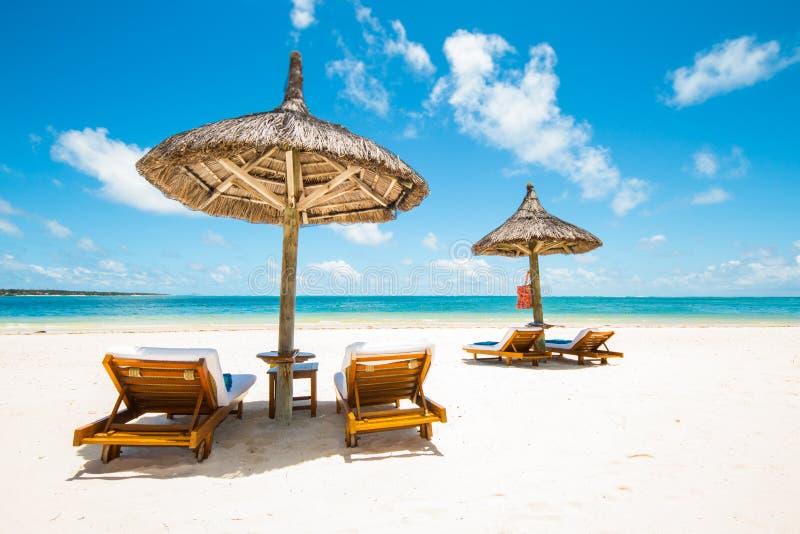 lit pliant et parasol photo stock image du beau idyllique 48754942. Black Bedroom Furniture Sets. Home Design Ideas