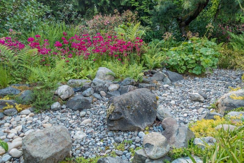 Lit sec de courant et fleurs rouges photo stock