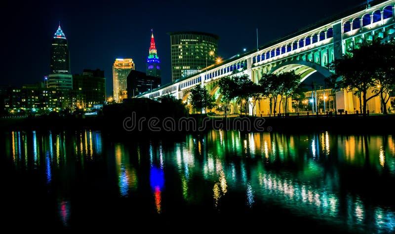 Lit upp horisont av Cleveland Ohio royaltyfria bilder