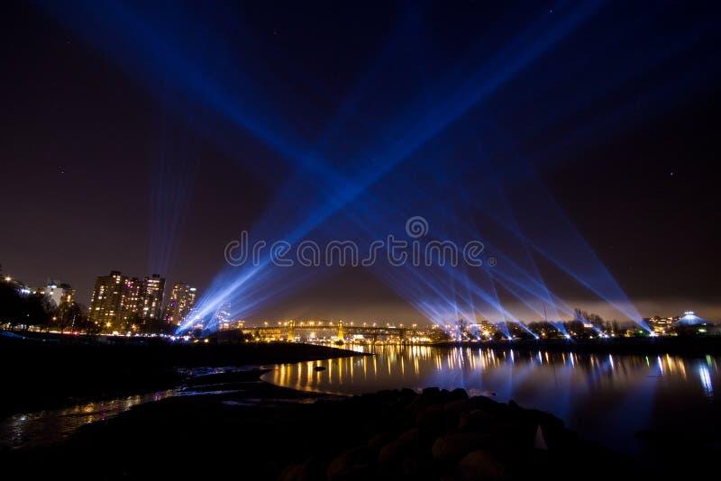 Lit upp Vancouver, F. KR. horisont med strålkastare fotografering för bildbyråer