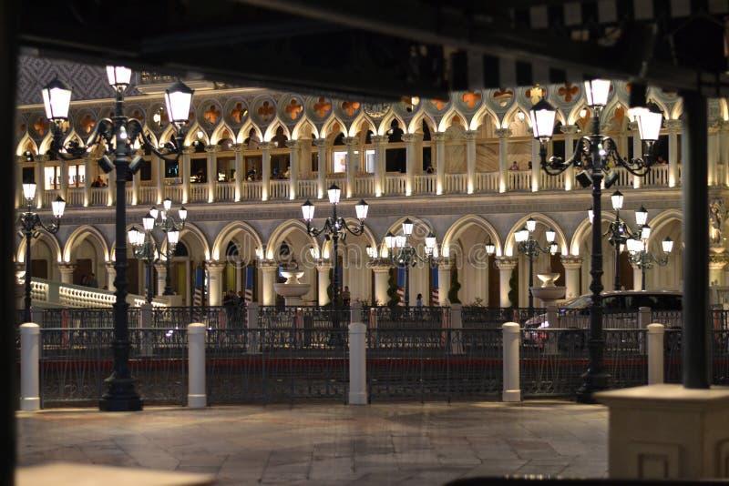 Lit veneciano del hotel para arriba en la noche fotografía de archivo libre de regalías