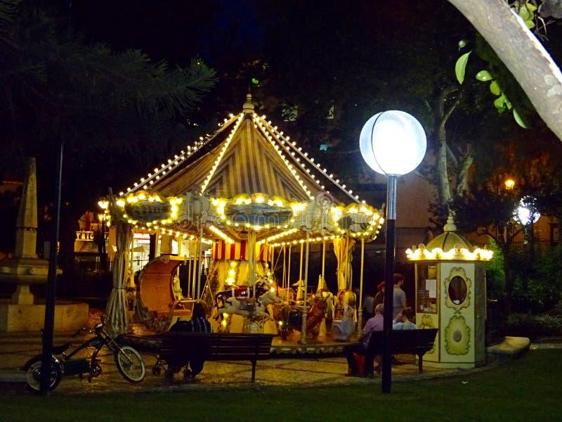 Lit vers le haut de carrousel à la place - Cascais, Portugal photos libres de droits