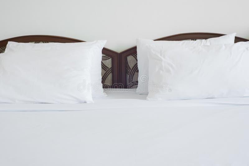 Lit vide dans la chambre à coucher photographie stock libre de droits