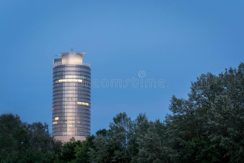 Litaffärstornet på sjön Woehrder ser i Nuremberg under royaltyfri fotografi