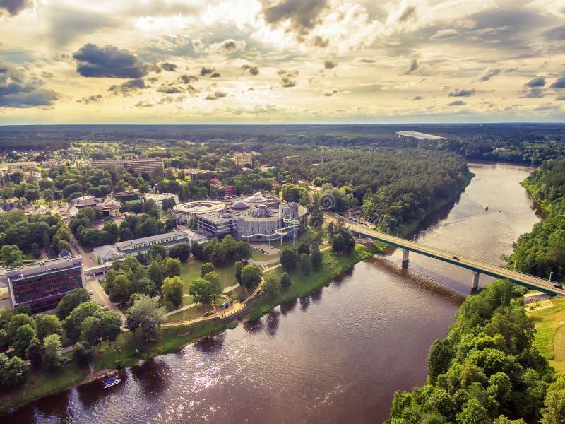 Litauen, baltische Staaten: Luft-UAV-Ansicht von Druskininkai, eine Badekurortstadt auf dem Nemunas-Fluss stockbilder