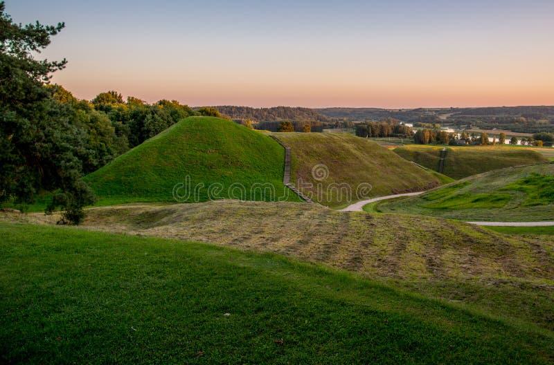 Litauiskt landskap, Kernave kullar arkivbilder