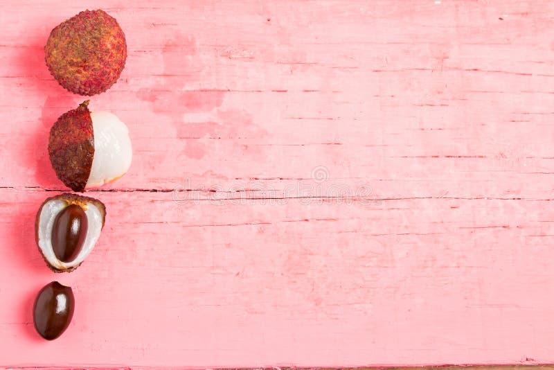 litchi vers op roze hout royalty-vrije stock afbeelding