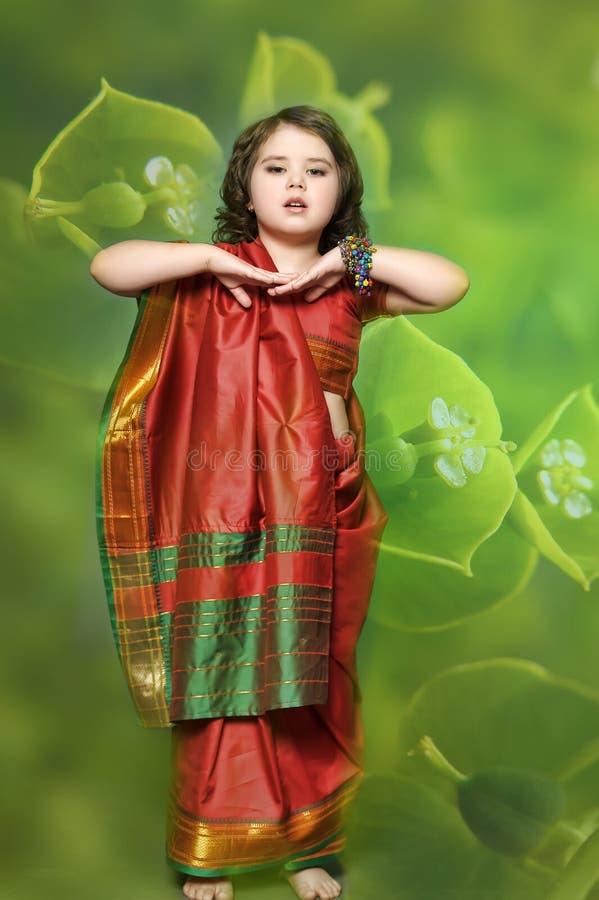 Lite är flickan i den nationella indiska klänningen royaltyfri bild