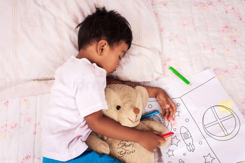 Lite asiatisk pojkesömn royaltyfria bilder