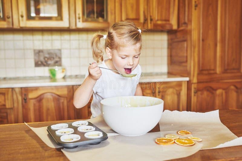 Lite bakar den bra flickan smakliga muffin arkivbild