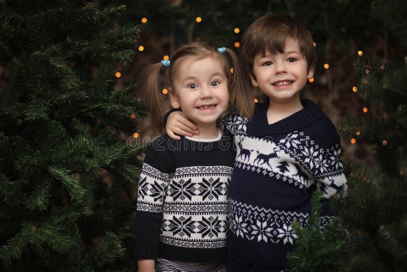 Lite barn vid trädet för nytt år Barn dekorerar Chrisen arkivbild