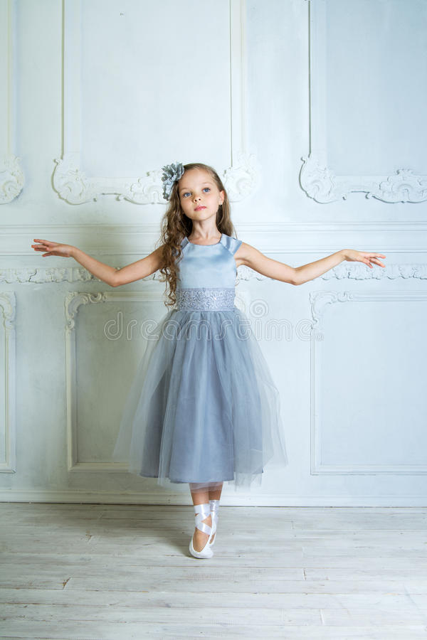Lite förtjusande ung ballerina i ett skämtsamt lynne i det inter- fotografering för bildbyråer