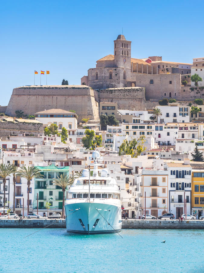Lite fartyg i Ibiza royaltyfri fotografi