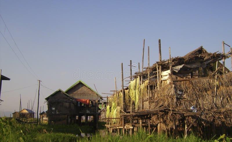 lite fisherby på floden royaltyfri bild